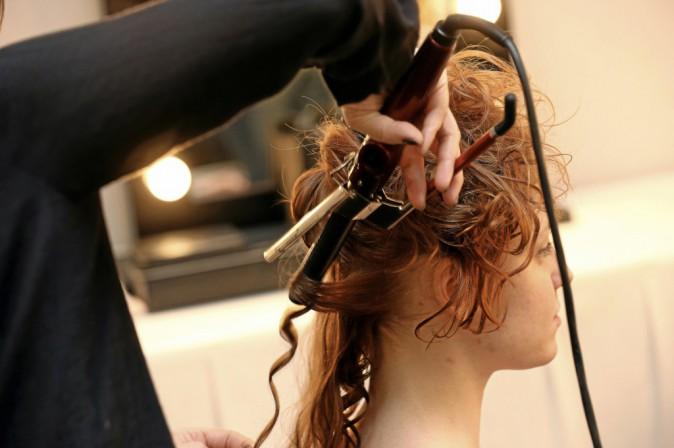 1 >> Préparez la chevelure À l'aide d'un fer, bouclez chaque mèche en laissant les pointes raides pour que les boucles ne paraissent pas t...