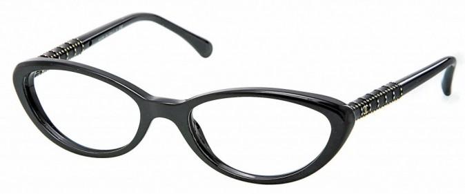 Lunettes noires forme papillon, Chanel. 320 €.