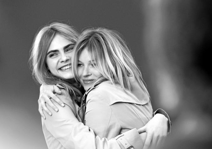 Sublimes pour la campagne du parfum My Burberry, les tops en proftent pour se réchauffer! - Kate Moss et Cara Delevingne