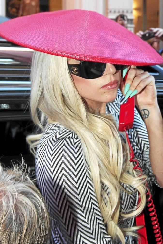 Quand Mother Monster sort ses griffes, c'est en manucure Nouvelle Vague de Chanel. Toujours super pointue, notre GaGa !
