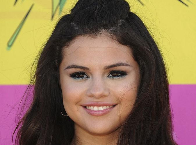 Adoptez la tendance glitter dans votre make-up comme Selena Gomez !
