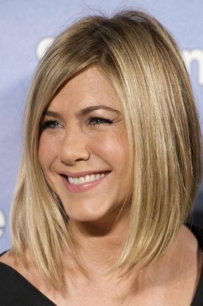 Jennifer Aniston : ses cheveux avec une coupe carré plongeant en février 2011