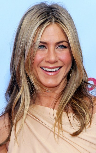 Jennifer Aniston : ses cheveux longs avec un brushing naturel en mars 2010