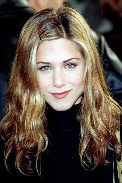 Jennifer Aniston : ses cheveux longs avec une barrette en janvier 1998