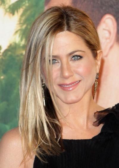 Jennifer Aniston : ses cheveux longs lissés en février 2011