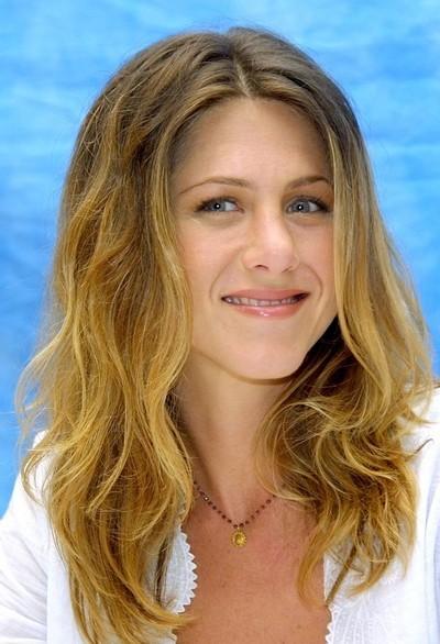 Jennifer Aniston : ses cheveux longs ondulés en août 2002
