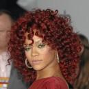 Cheveux afro : la coiffure bouclée rouge de Rihanna