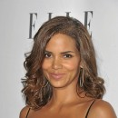 Cheveux afro : le brushing lisse de Halle Berry