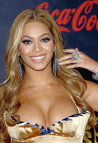 """Beyoncé : Des ongles """"or norme"""" pour Queen B"""