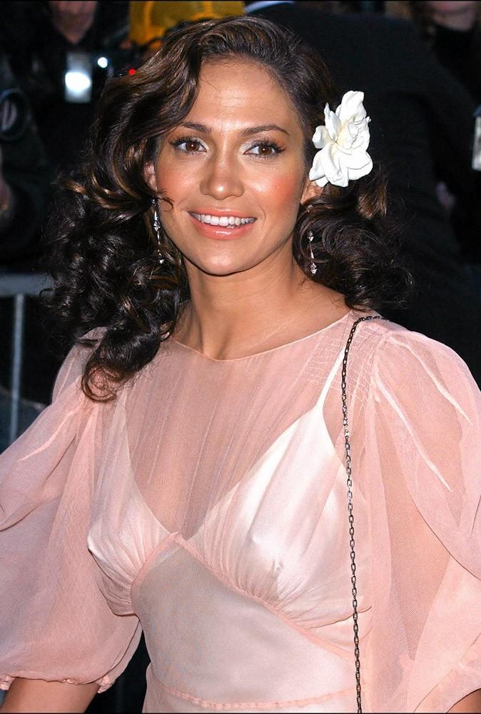 Coiffure de star : la fleur dans les cheveux de Jennifer Lopez en 2002 !