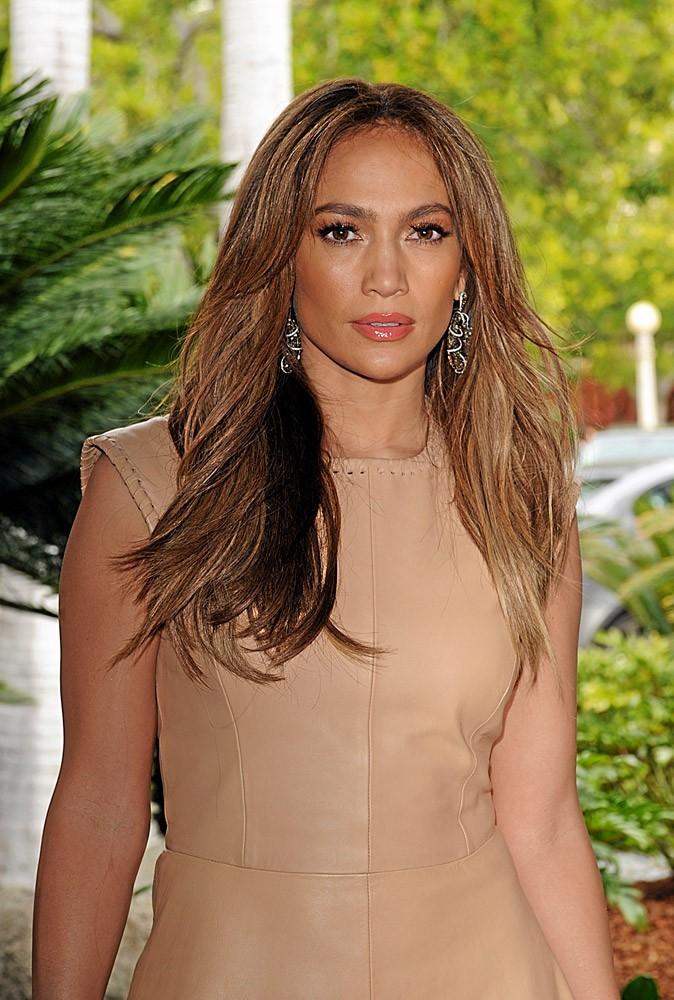 Coiffure de star : les cheveux longs naturels de Jennifer Lopez en 2011 !