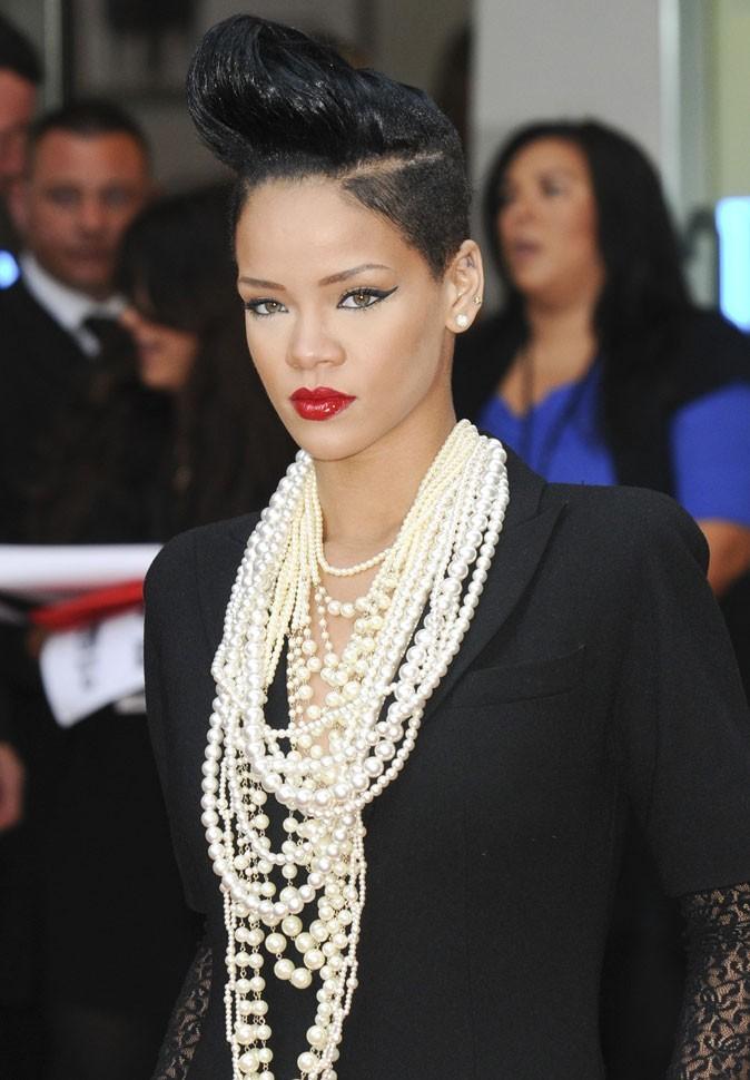 Coiffure de star : la banane rétro sur cheveux très bruns de Rihanna en 2009