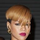 Coiffure de star : la coupe au bol de Rihanna en 2009