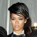 Coiffure de star : la frange mèche lustrée de Rihanna en 2009