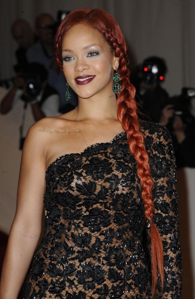 Coiffure de star : la longue tresse sur cheveux rouges de Rihanna en 2011