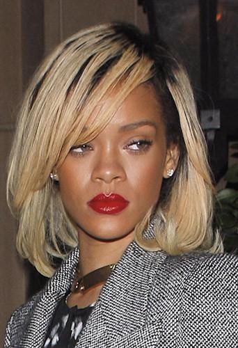 Coiffure de star : le carré blond de Rihanna en mars 2012