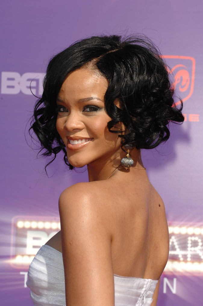 Coiffure de star : le carré bouclé de Rihanna en 2007