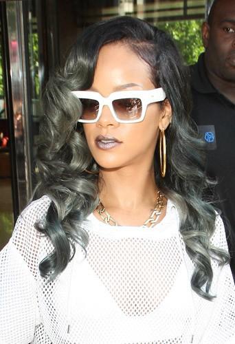 Coiffure de star : le gris glacé version bouclé de Rihanna en juillet 2013