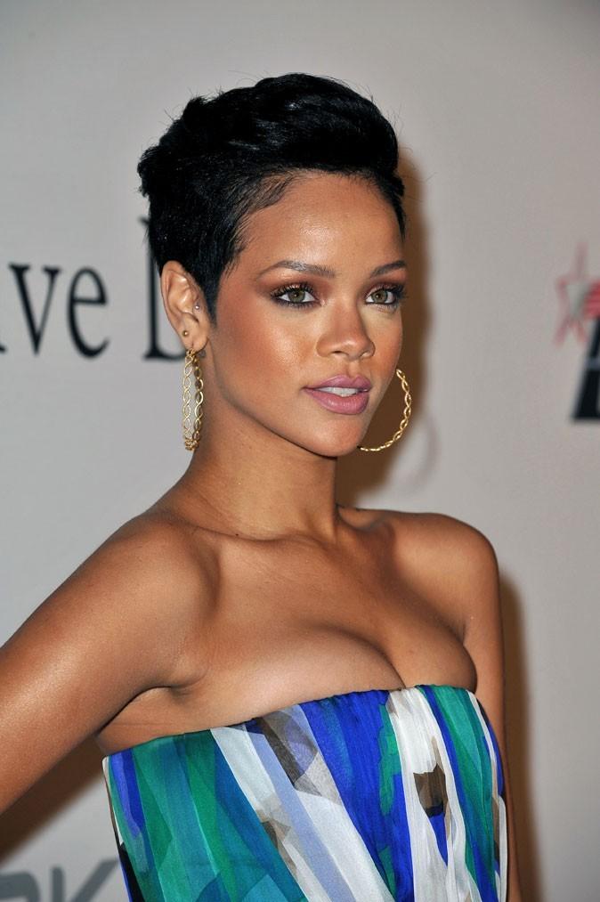 Coiffure de star : les cheveux courts plaqués de Rihanna en 2009