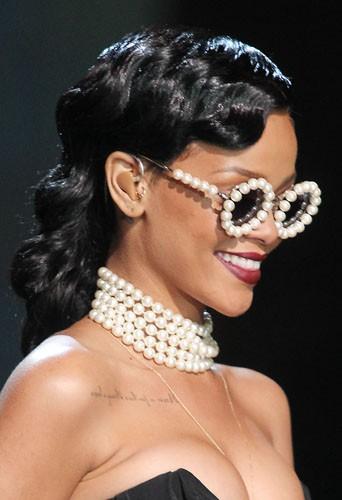 Coiffure de star : les cheveux noirs crantés de Rihanna en novembre 2012.