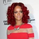 Coiffure de star : les cheveux rouges bouclés de Rihanna en 2010