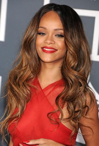 Coiffure de star : les ondulations aux reflets chatain de Rihanna en février 2013