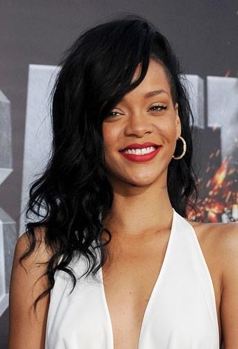Coiffure de star : les ondulations brunes et le crané partiellement rasé de Rihanna en mai 2012