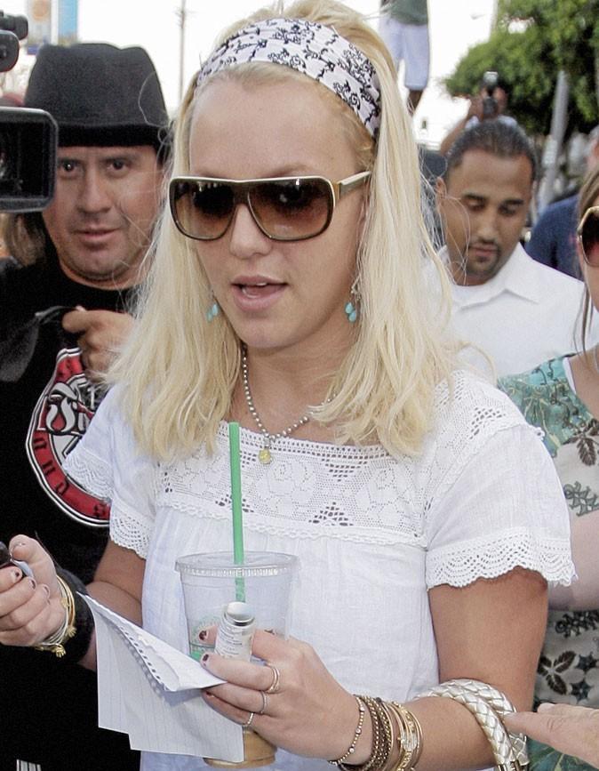 Coiffure de star : le bandeau sur cheveux blonds de Britney Spears en 2007