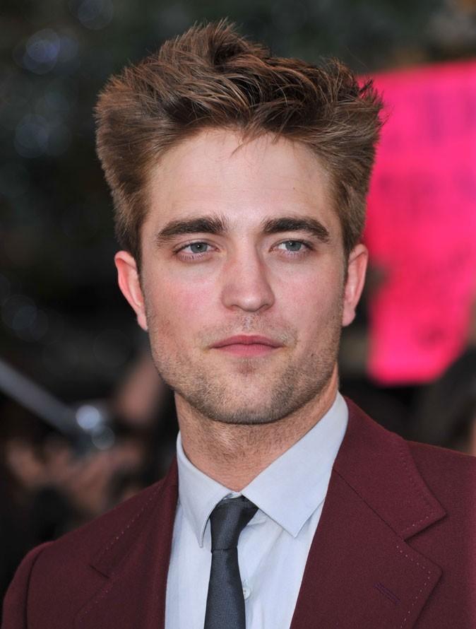 Coiffure de star : les cheveux brushés de Robert Pattinson