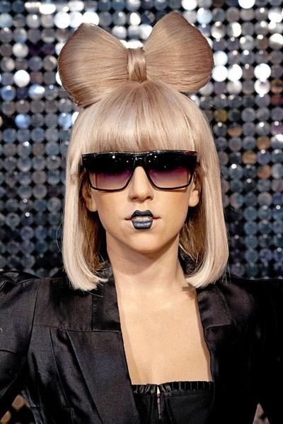Coiffure de star : le noeud dans les cheveux courts de Lady Gaga