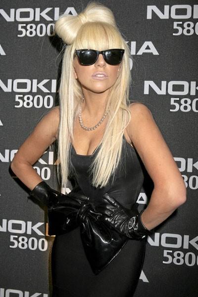 Coiffure de star : le noeud dans les cheveux longs de Lady Gaga