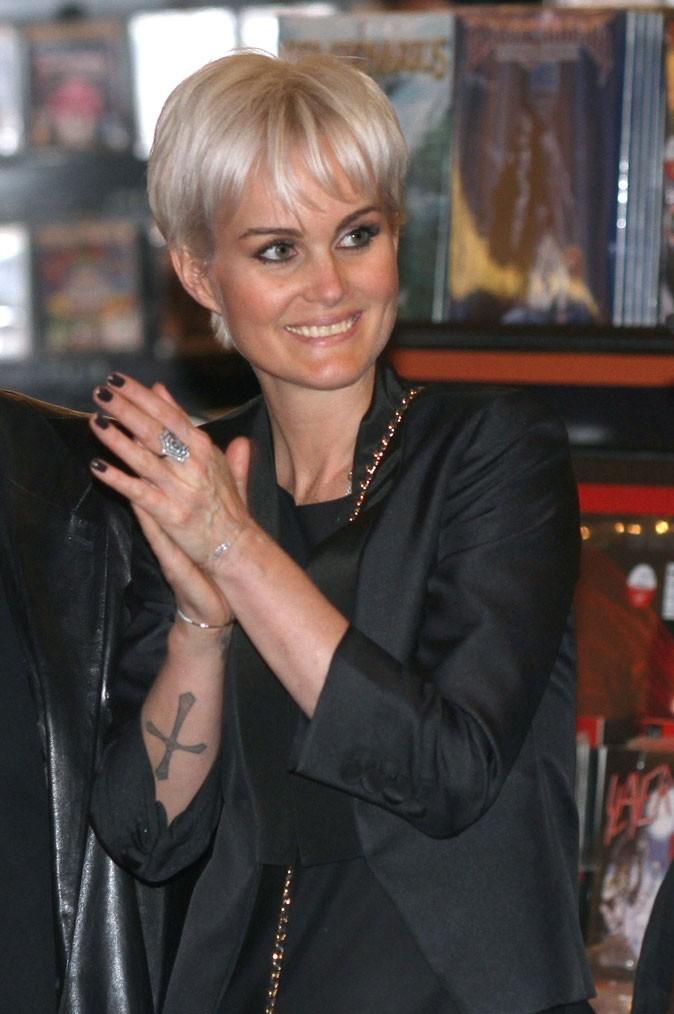 Coiffure de star : la nouvelle coupe de cheveux de Laeticia Hallyday le 27 mars 2011