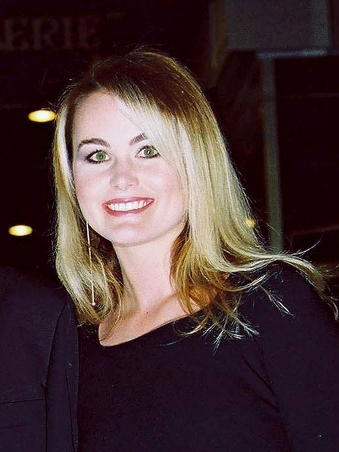 Coiffure de star : les cheveux blonds dégradés de Laeticia Hallyday en avril 2001