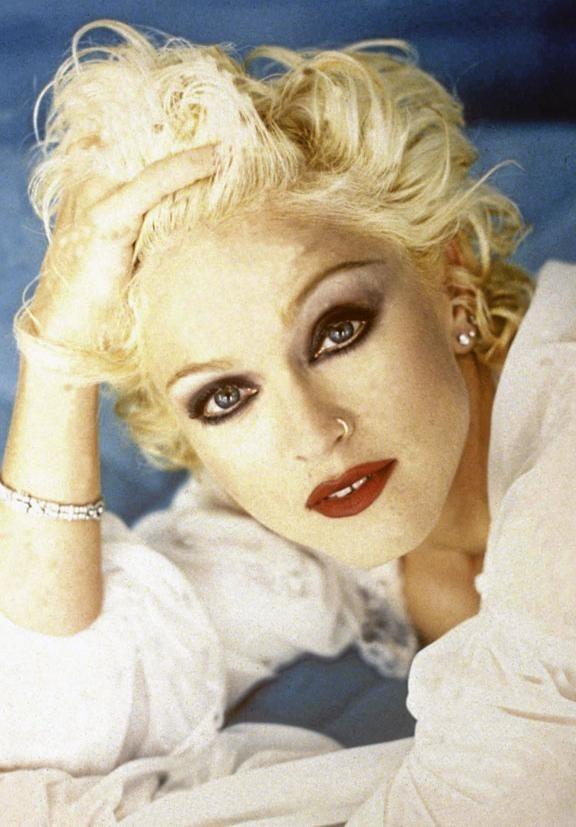 Blonde platine et piercing au nez... Oui cette personne est bien Madonna