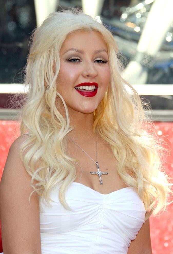 Coiffure de star : les cheveux blond blanc de Christina Aguilera