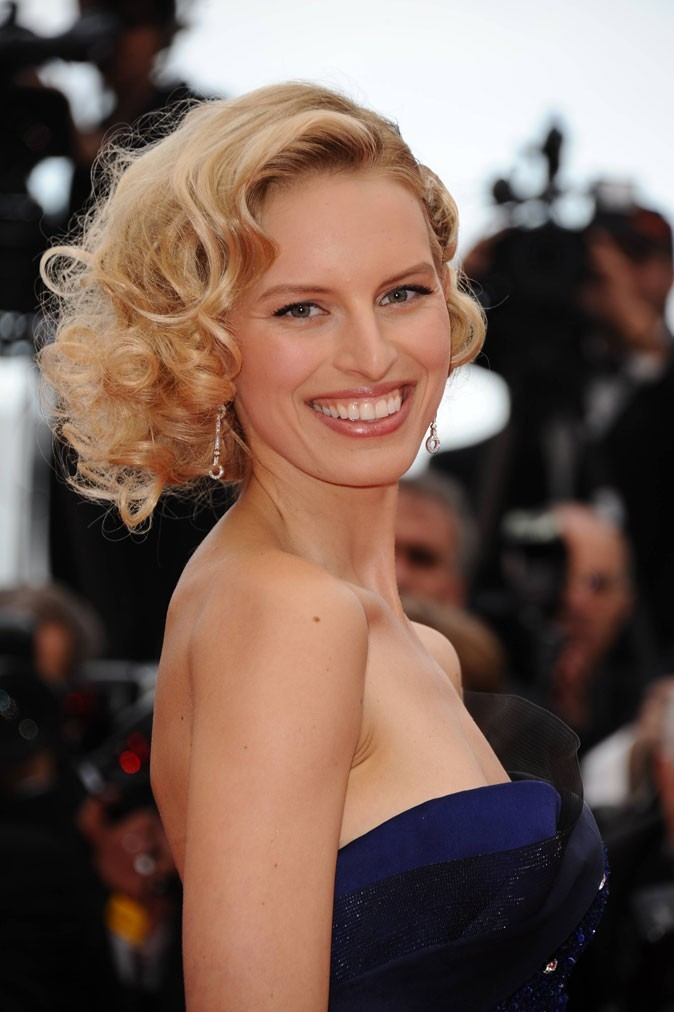 Coiffure de star : les cheveux blond naturel de Karolina Kurkova