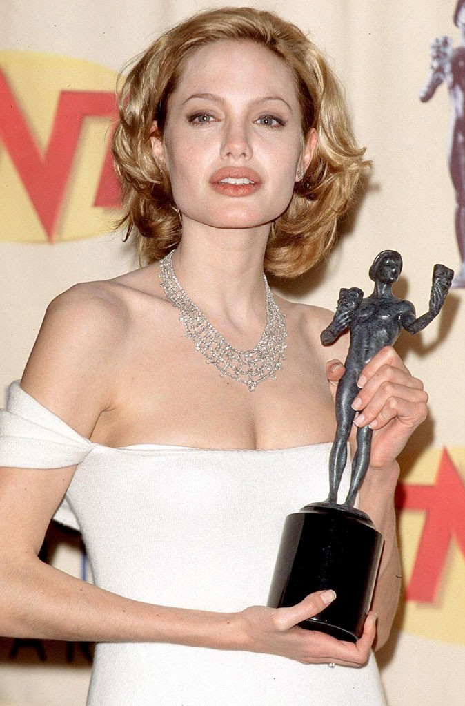 Angelina Jolie : une coiffure cheveux blonds en 1999