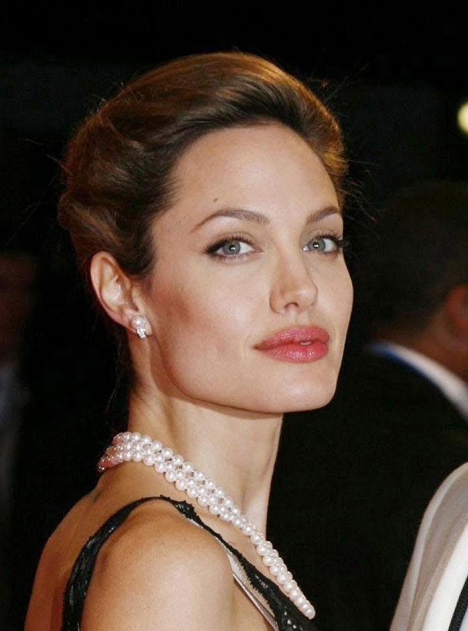 Angelina Jolie : une coiffure coque en 2007