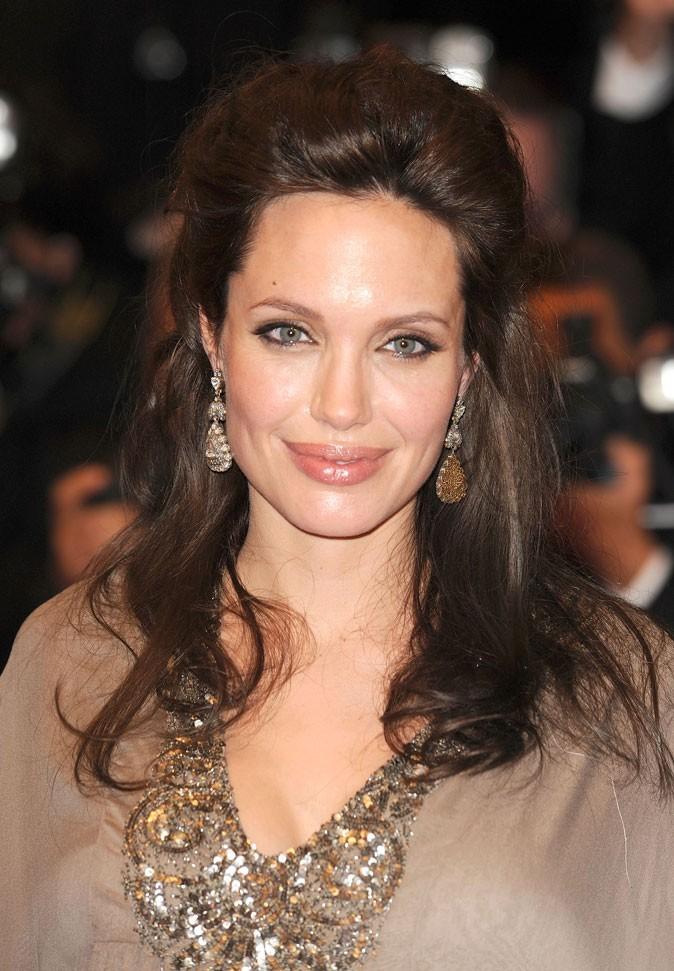 Angelina Jolie : une coiffure gonflée sur cheveux bouclés en 2008