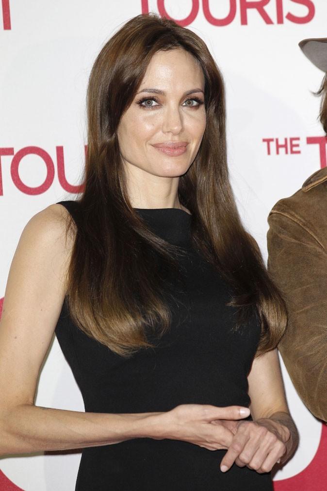 Angelina Jolie : une coiffure lissée sur cheveux longs + frange en 2010