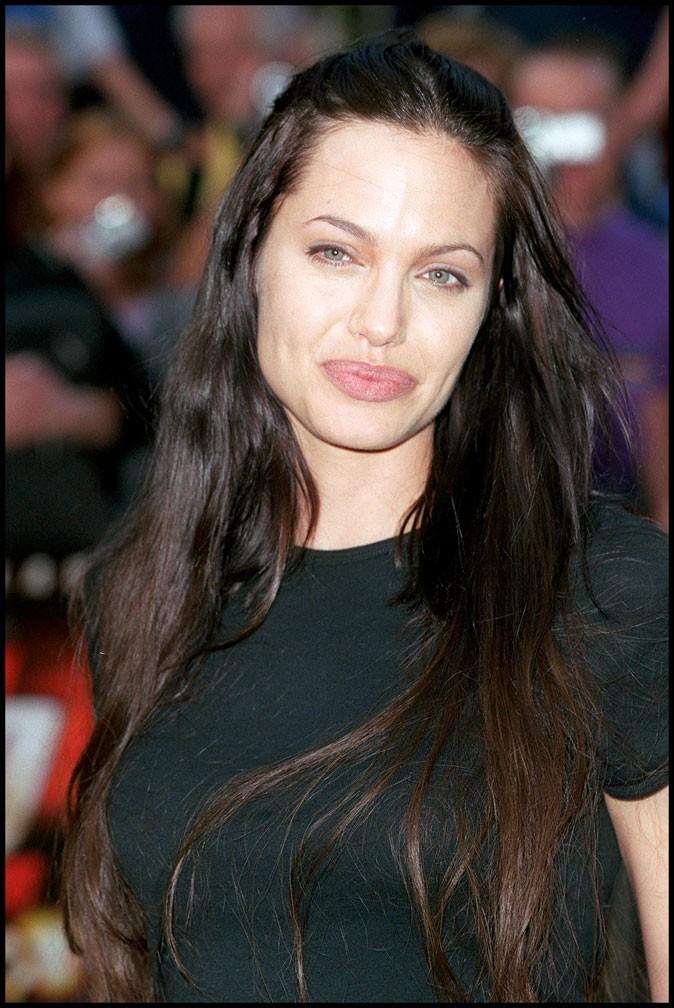 Angelina Jolie : une coiffure wild sur cheveux longs bruns en 2000
