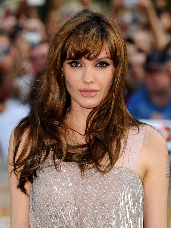 Angelina Jolie : une coiffure wild sur cheveux mi-longs + frange en 2010