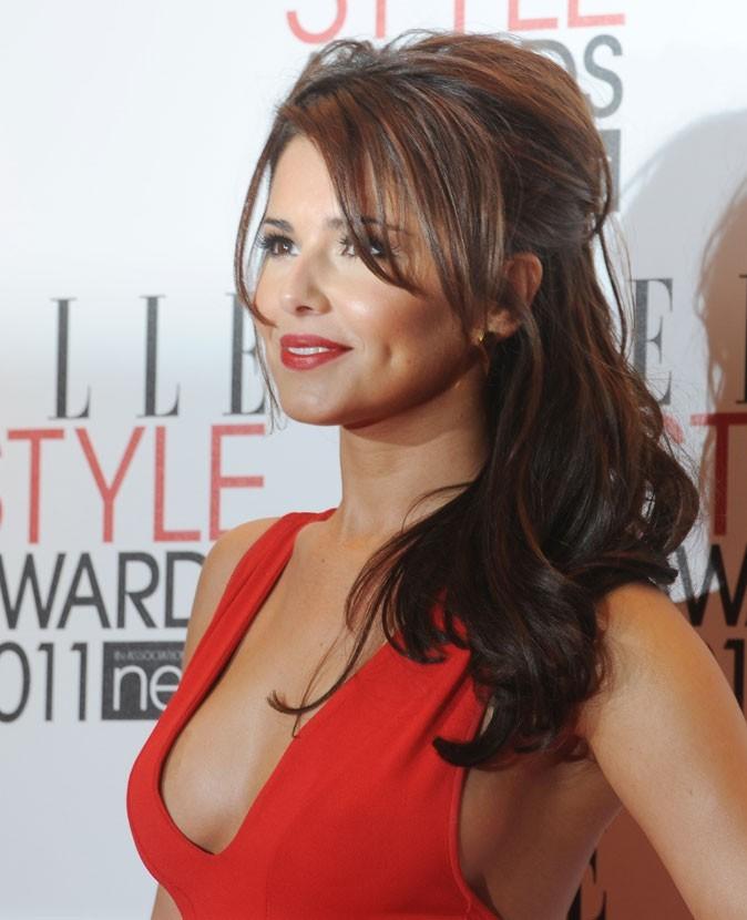 Cheryl Cole en Février 2011 :  une mèche et des cheveux en coque !