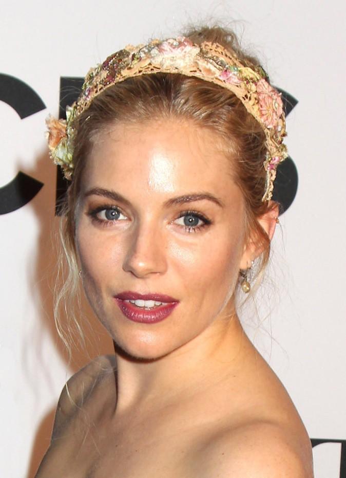 Comme Sienna Miller, soyez romantique bohème pour les fêtes grâce à un bandana fleuri !