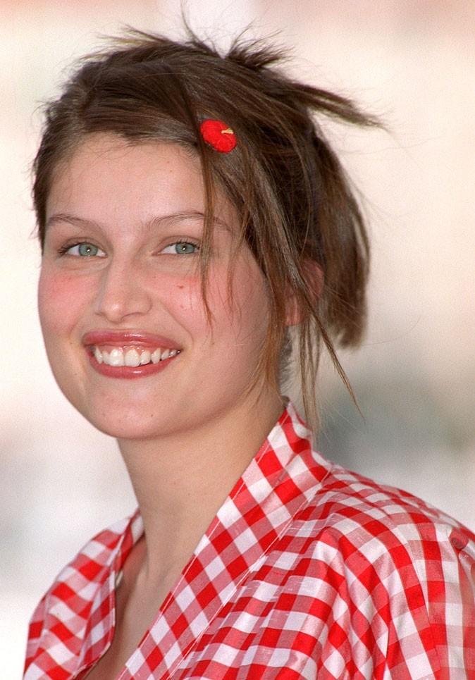 Coiffure de Laetitia Casta en 2001 : le retour de la barrette dans les cheveux !