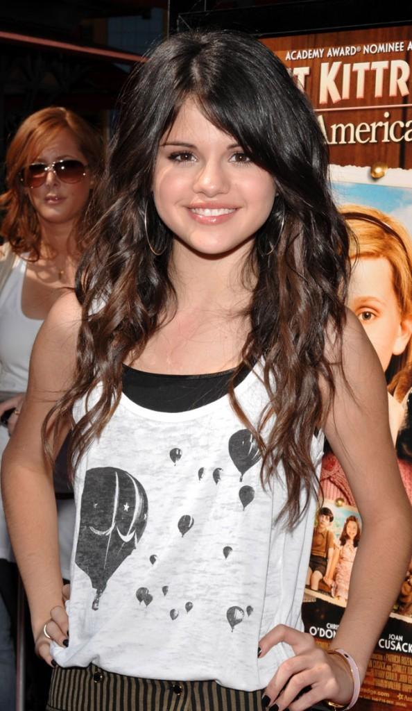 Coiffure de Selena Gomez en juin 2008 : des cheveux longs bouclés