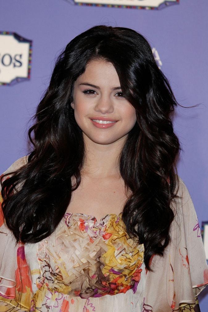 Coiffure de Selena Gomez en mars 2010 : de grosses boucles hippie