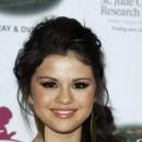 Coiffure de Selena Gomez en octobre 2008 : une queue de cheval sur le côté
