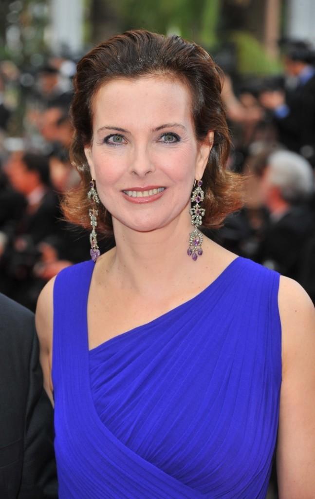 Carole Bouquet : le carré coiffé en arrière pour dégager le visage !