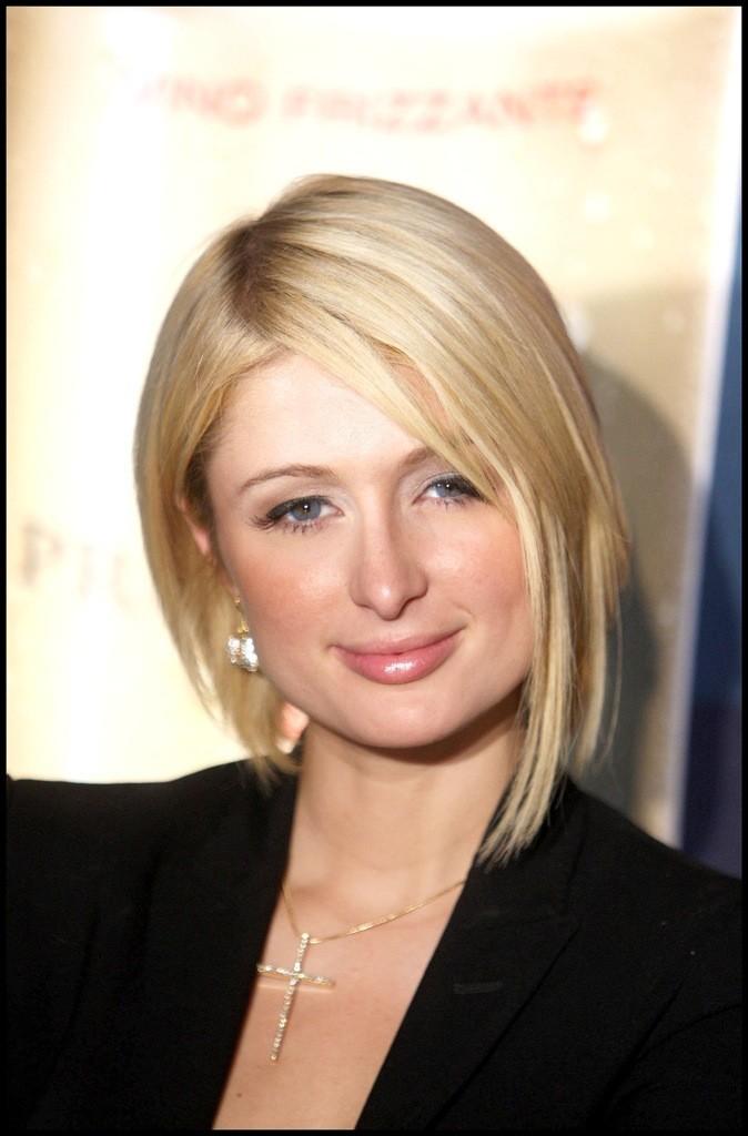 Paris Hilton : Elle est tellement fan de son carré plongeant qu'elle en a oublié ses éternelles extensions.
